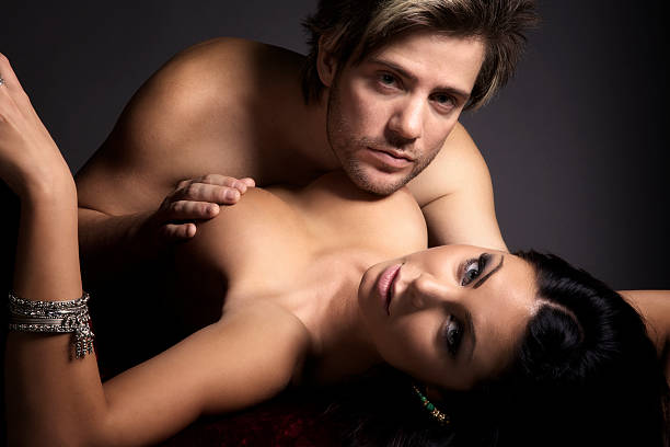 sensual joven pareja - desnudos fotografías e imágenes de stock