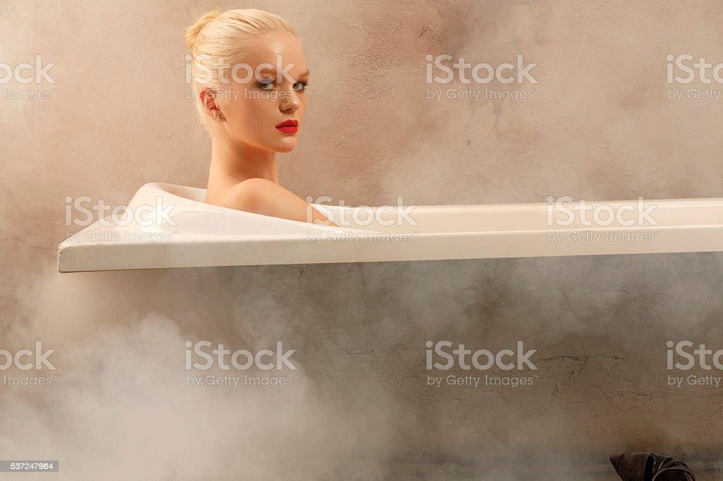 Чувственный Янг отдыхающая женщина в естественной красоты Портрет ванной комнате стоковое фото