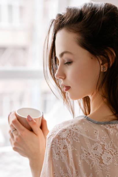 sinnliche junge frau mit tasse kaffee - markenuhren damen stock-fotos und bilder