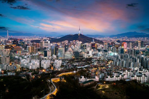 iwangsan ヒルからソウルシティのスカイラインと n ソウルタワー - ソウル ストックフォトと画像