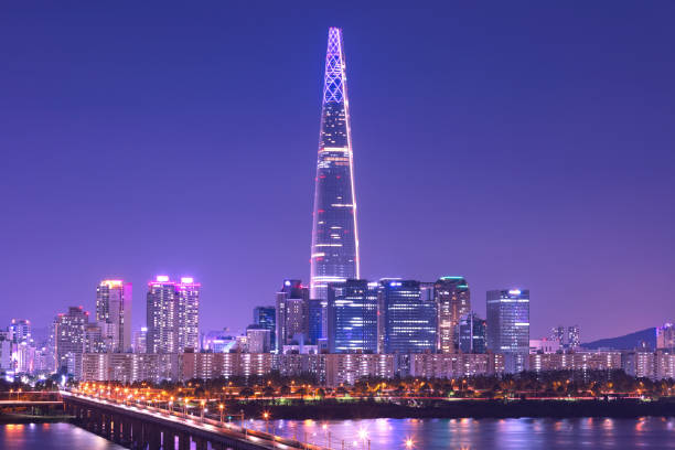 大韓民国ソウルのタワーと漢江にソウル市のスカイライン - ソウル ストックフォトと画像