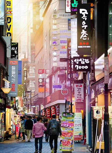 séoul commerçant de myeongdong rue au coucher de soleil - séoul photos et images de collection