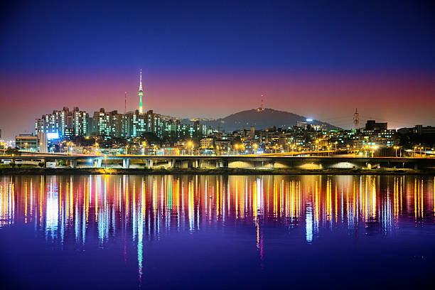 seoul skyline at night from han river with reflection - seúl fotografías e imágenes de stock
