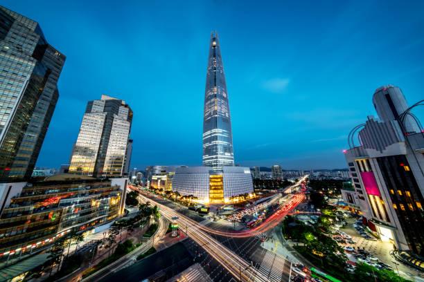 seoul songpagu cityscape gratte-ciel lotte world tour de nuit - séoul photos et images de collection