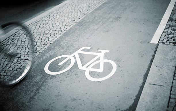 separatem fahrradweg, mit blick auf radsportler. - radwege deutschland stock-fotos und bilder