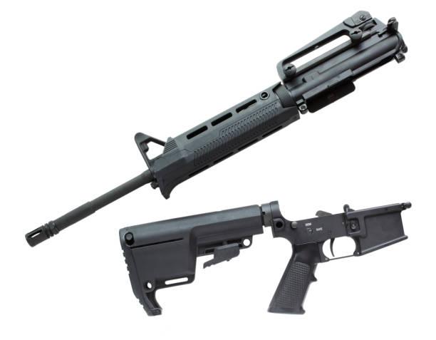 AR-15 in zwei Teile getrennt auf weiß isoliert – Foto