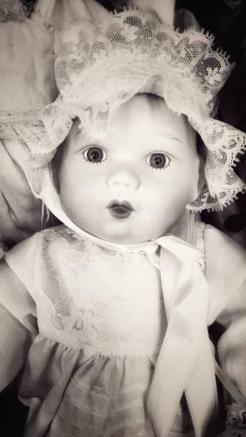 muñeca sepia - muñeca bisque fotografías e imágenes de stock