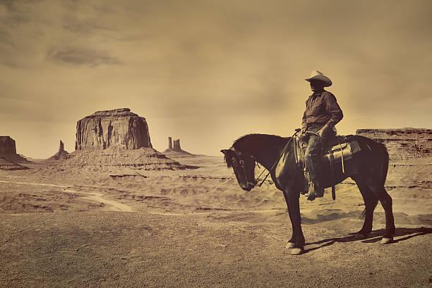 sepia navajo cowboy auf pferd im amerikanischen südwestens - navajo stil stock-fotos und bilder