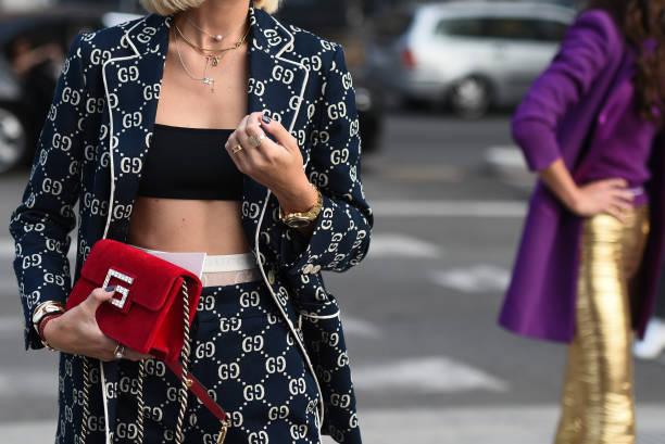 september 19, 2018: milan, italië - street stijl outfits in detail tijdens de milan fashion week - mfwss19 - street style stockfoto's en -beelden