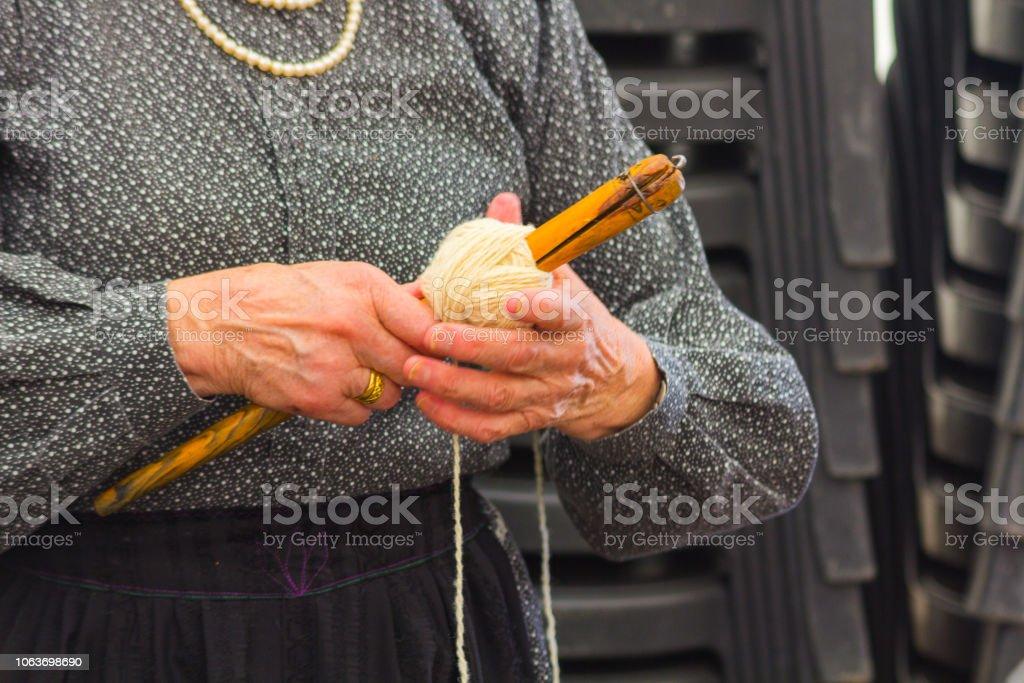AINSA 10 de septiembre de 2017: mujeres tarjeta lana como es en la antigüedad en Ainsa España - foto de stock