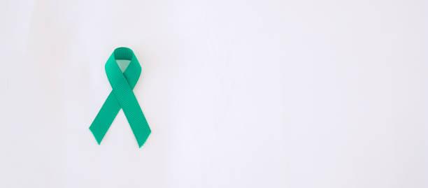 septiembre meses de concientización sobre el cáncer de ovario, color de la cinta de color azul sobre el fondo azul para apoyar a las personas que viven, y la enfermedad. conceptos de la salud y del día mundial del cáncer - ovarian cancer ribbon fotografías e imágenes de stock