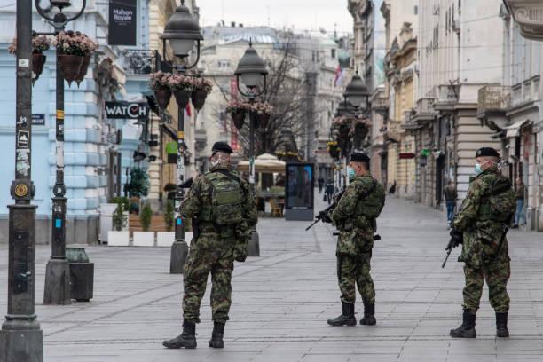 servische legertroepen met gezichtsmaskers tegen coronavirus - servië stockfoto's en -beelden