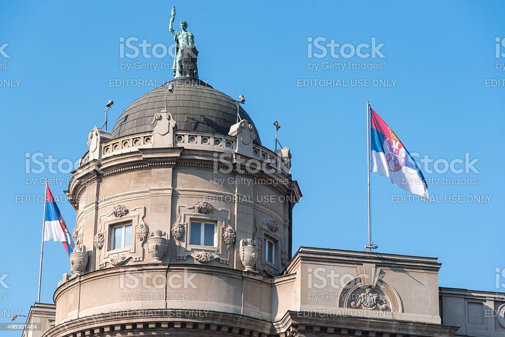 Bandeira da Sérvia no edifício do governo - foto de acervo