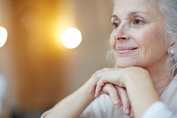 mujer serena - mujeres mayores fotografías e imágenes de stock