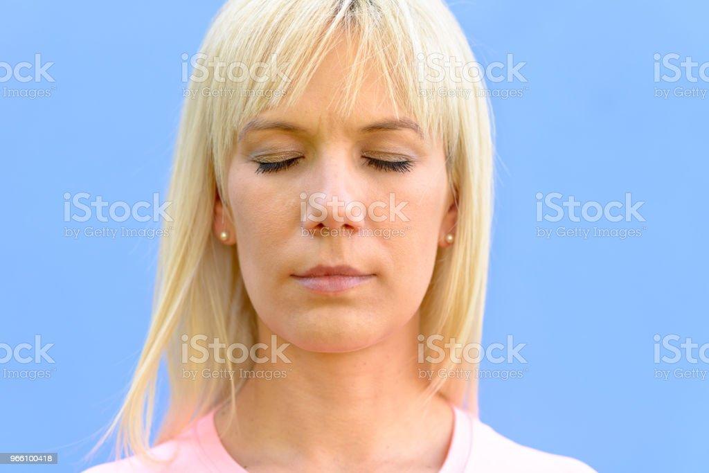 Serene kvinna med hennes ögon stängda avkopplande - Royaltyfri Avkoppling Bildbanksbilder