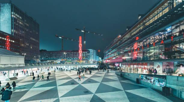 Sergels Torg Quadrat in der Nacht, Stockholm, Mittelschweden – Foto