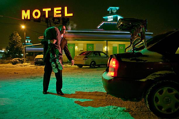 serial zabójca z corpse na jego ramieniu - motel zdjęcia i obrazy z banku zdjęć