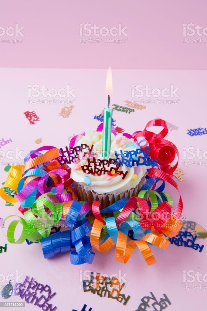 Série: Anniversaire petit gâteau avec bougie photo libre de droits