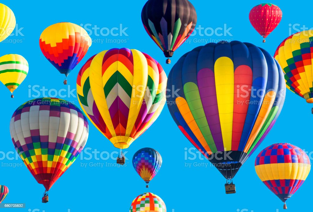 Série: Colorido balões voando no céu azul brilhante - foto de acervo