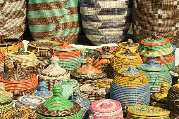 Farbenfrohe Handarbeit afrikanische See Schilf Körbe – Foto