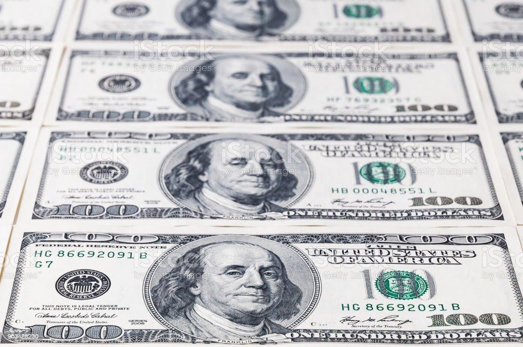 Une série de billets de cent dollars en laissant au loin. Mettre l'accent sur le premier billet de banque. - Photo de Activité bancaire libre de droits