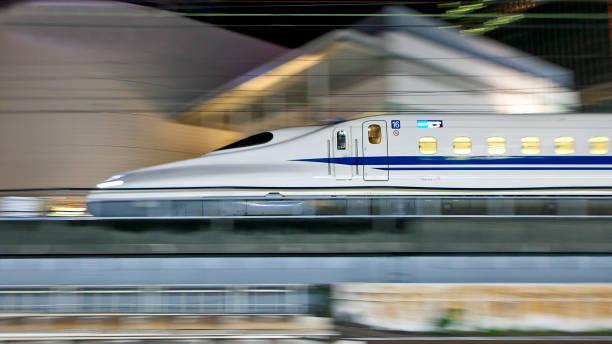 reihe n700 shinkansen-hochgeschwindigkeitszug - hochgeschwindigkeitszug stock-fotos und bilder