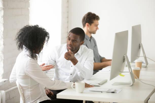 嚴肅的非洲裔美國同事談論在工作場所一起討論專案 - 逆境 個照片及圖片檔