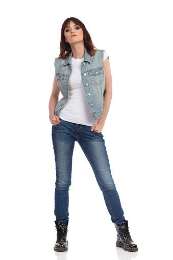 Ernsthafte Und Selbstbewusste Junge Frau In Jeans Und