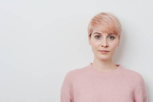 嚴肅的有吸引力的年輕草莓金髮碧眼的女人 - 短毛 個照片及圖片檔