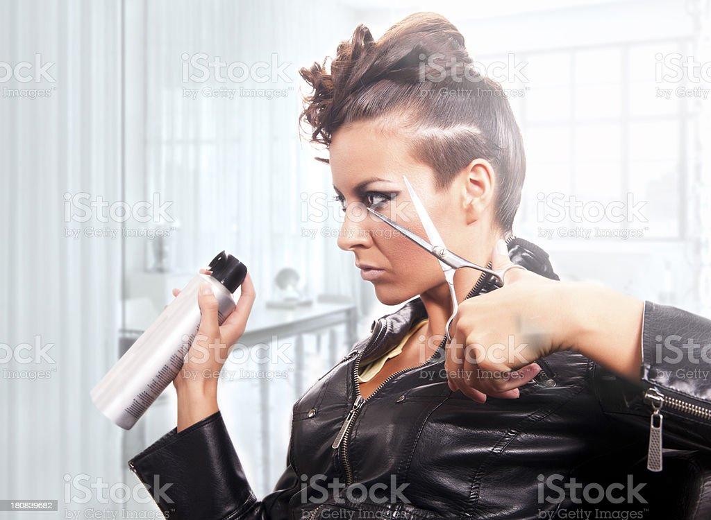 Seria bella ragazza con forbici grande nella sua mani - foto stock