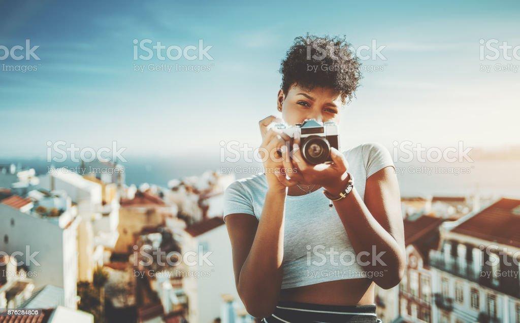 Schwere schwarze Mädchen mit Retro-Film-Foto-Kamera – Foto