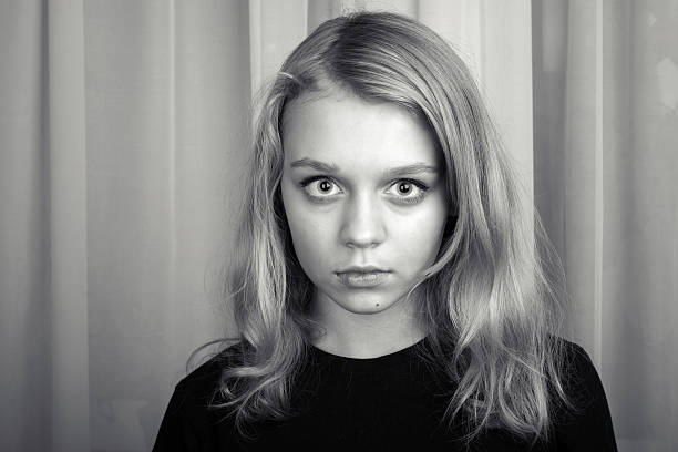 ernst blonden europäischer abstammung mädchen, studio-portrait - mädchen vorhänge stock-fotos und bilder