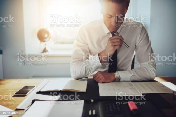 Hombre De Negocios Trabajando Con Documentos Foto de stock y más banco de imágenes de 2015