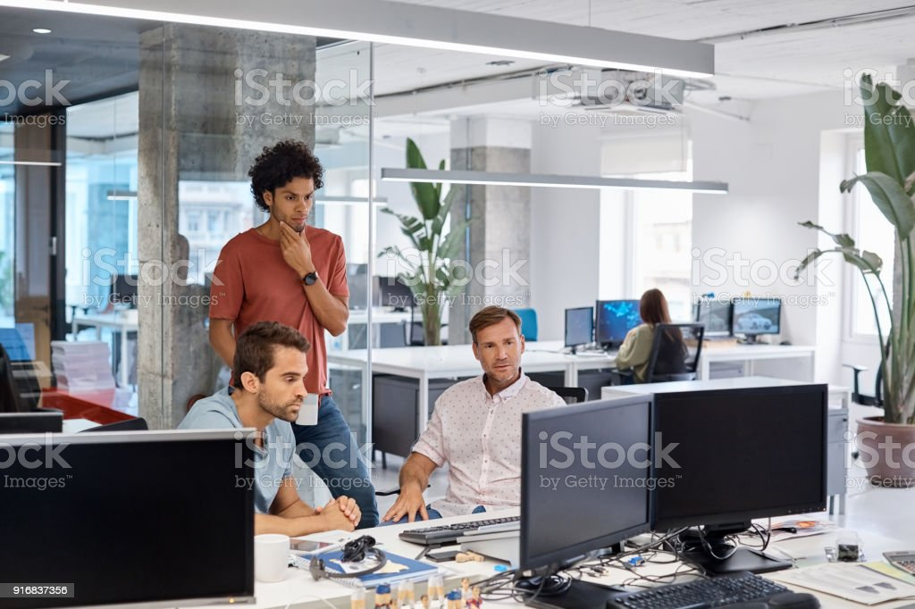 Ernsthafte Geschäftsleute suchen Sie am Computer im Büro – Foto