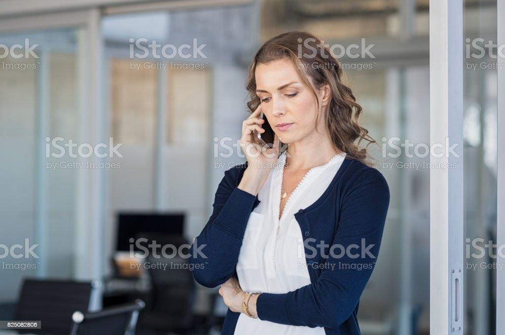 Ernsthafte Geschäftsfrau telefonieren – Foto