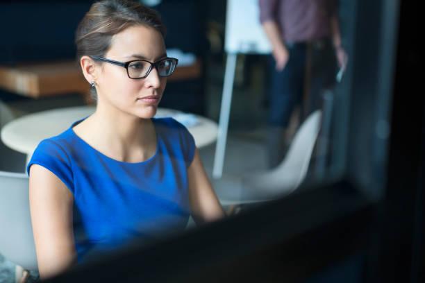 Seriöse Geschäftsfrau mit Computer im Büro – Foto