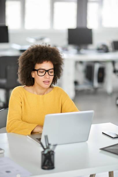 Seriöse Geschäftsfrau mit Laptop. – Foto