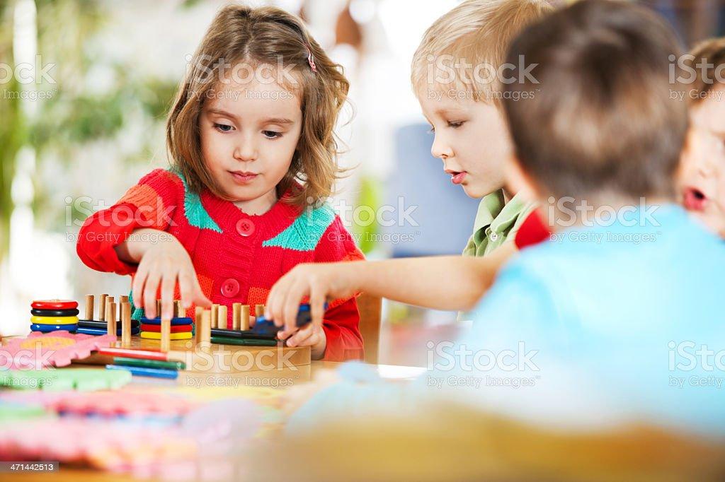 Schwere Kinder spielen zusammen. – Foto