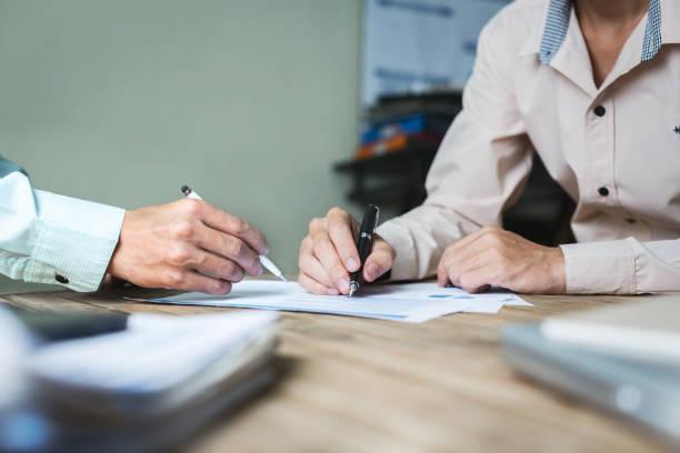 ernsthafte konsultationen zwischen rechtsanwälten und arbeitgebern. - rechtsassistent stock-fotos und bilder