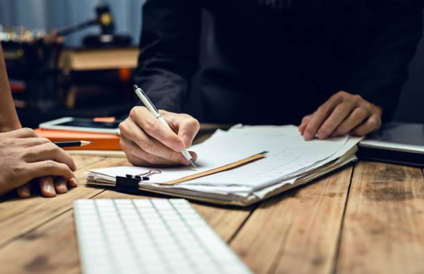 ernsthafte konsultationen zwischen anwälten und arbeitgeber. - rechtsassistent stock-fotos und bilder