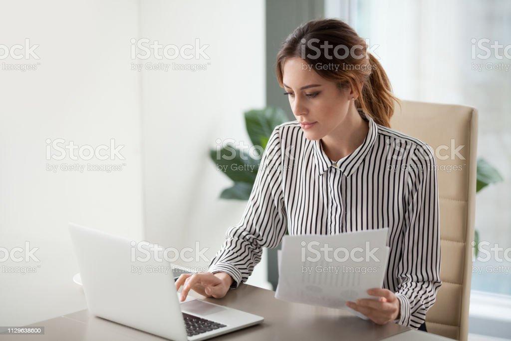 Ernstige gerichte zakenvrouw typen op laptop bedrijf documenten voorbereiden verslag - Royalty-free Accountancy Stockfoto