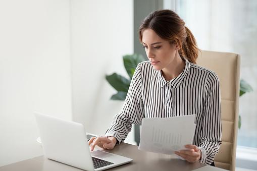 Ernstige Gerichte Zakenvrouw Typen Op Laptop Bedrijf Documenten Voorbereiden Verslag Stockfoto en meer beelden van Accountancy