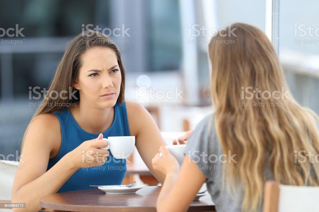 Amigos serias tener una conversación en un bar - Foto de stock de Adolescente libre de derechos