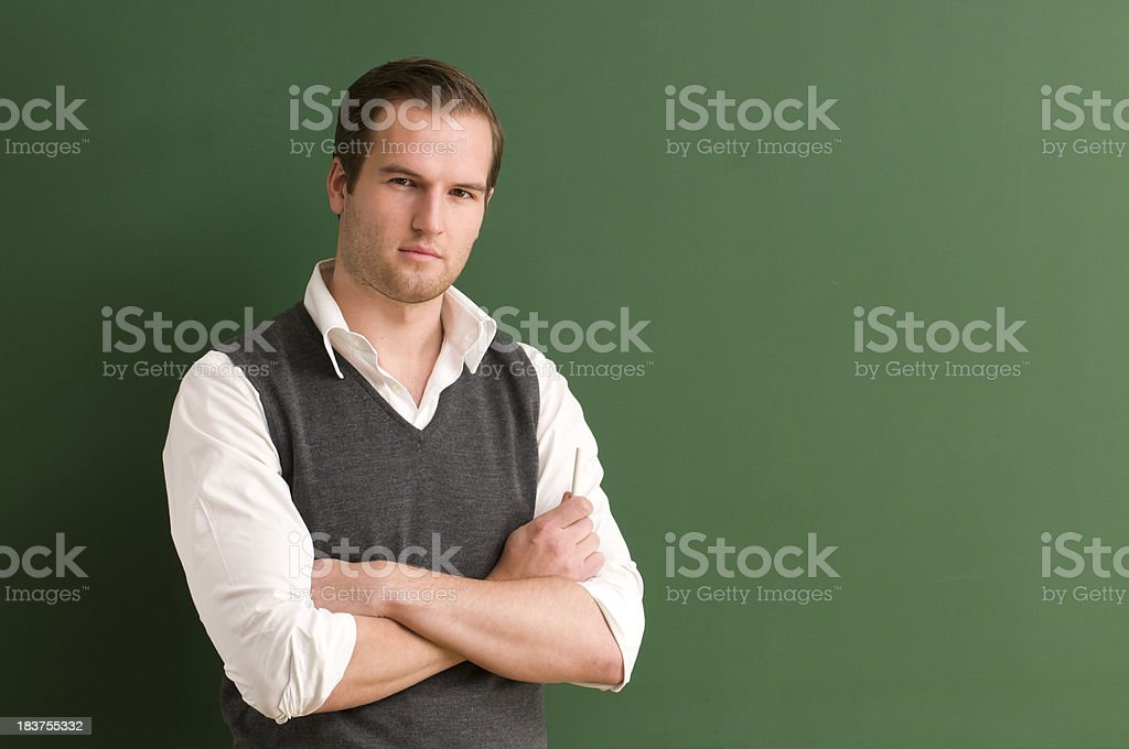 Sério, olhando para o aluno no Quadro Negro - fotografia de stock
