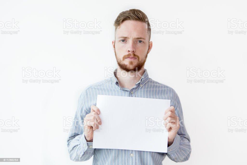 Картинки держит лист бумаги с надписью, открытка понедельником