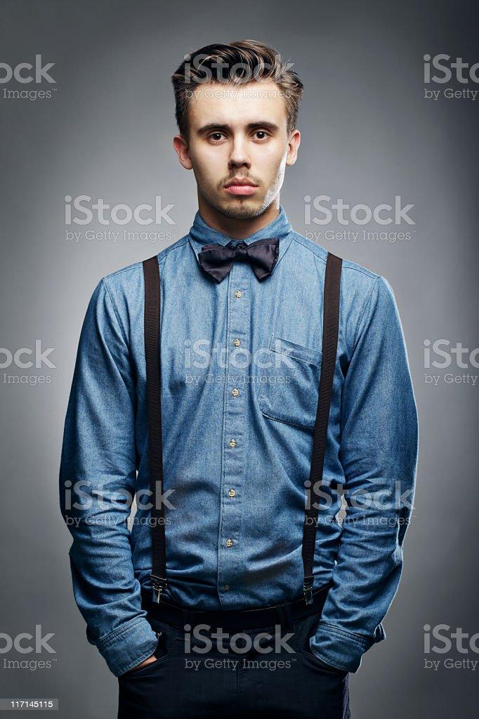 Homme sérieux regardant la caméra - Photo