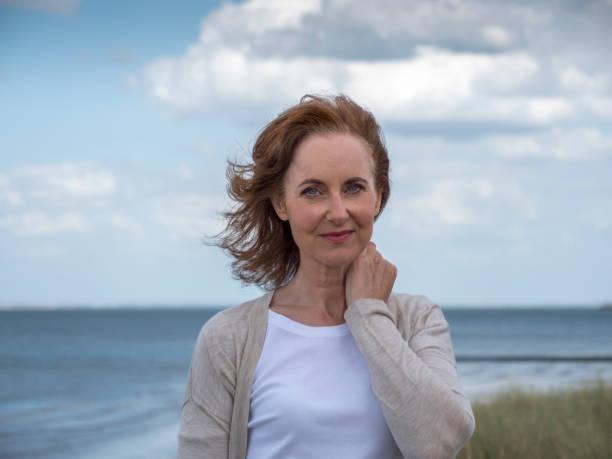 Ernsthafte reife Frau am Strand. – Foto