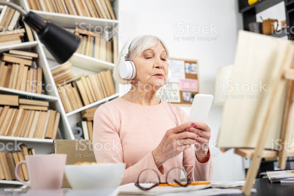 Mujer madura seria mejorar la pronunciación - foto de stock