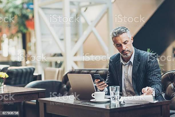 Photo libre de droit de Serious Middle Age Businessman banque d'images et plus d'images libres de droit de Accord - Concepts