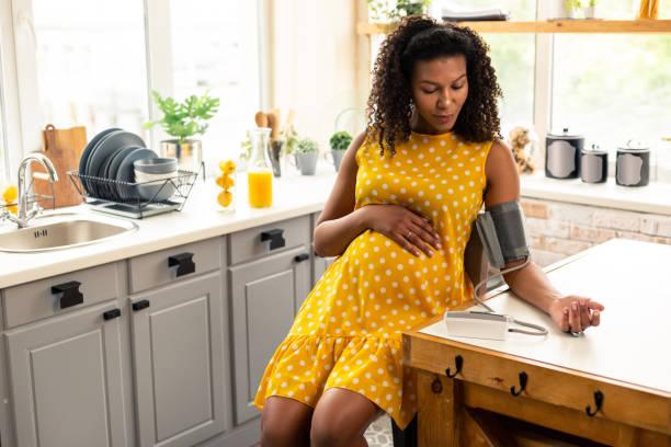 Schwere Schwangere während der Blutdruckmessung. – Foto